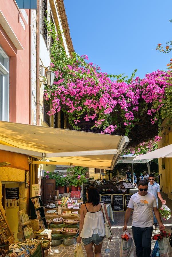 Туристы на красивых торгуя улицах городка Chania на острове Крита, Греции стоковая фотография