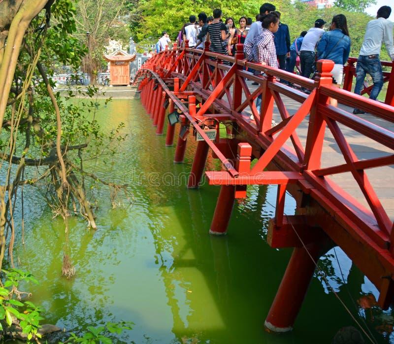 Туристы на красном мосте над озером Hoan Kiem, Ханоем, Вьетнамом стоковое фото