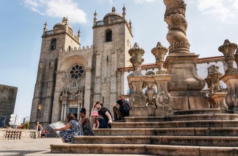 Туристы на лестницах позорного столба Порту против собора Se, Por стоковые фотографии rf