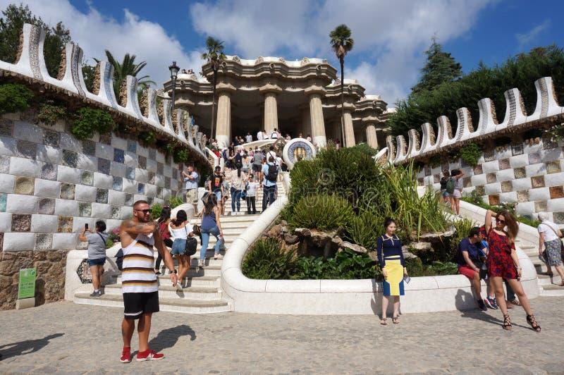 Туристы на лестницах Guell парка в Барселоне Испании стоковое изображение