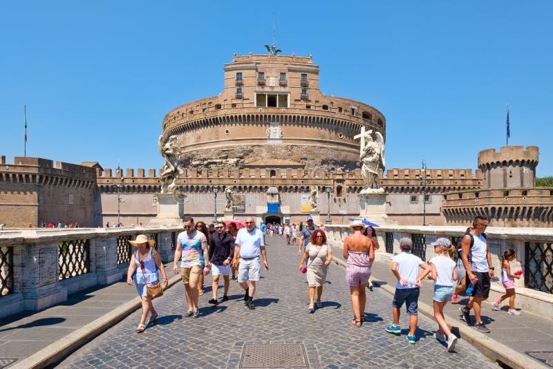 Туристы на мосте рядом с ` Angelo Castel Sant в центральном Риме стоковое фото rf