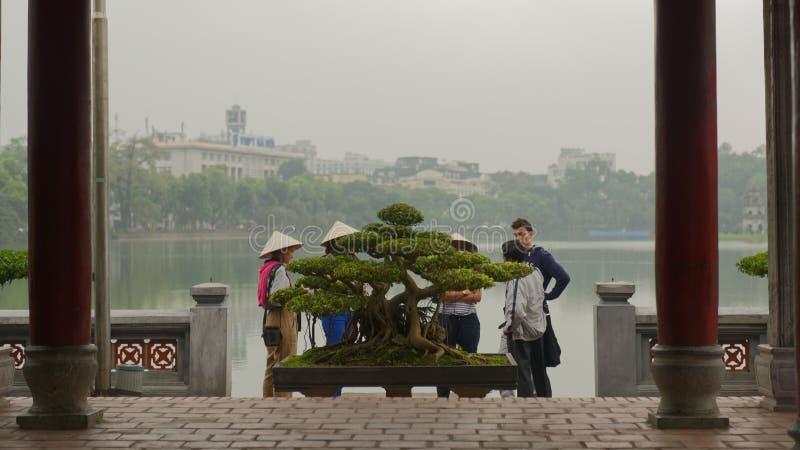 Туристы на озере Hoan Kiem стоковые фотографии rf