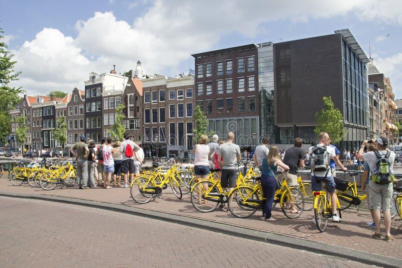 Туристы на доме Анны Франка в Амстердаме стоковая фотография