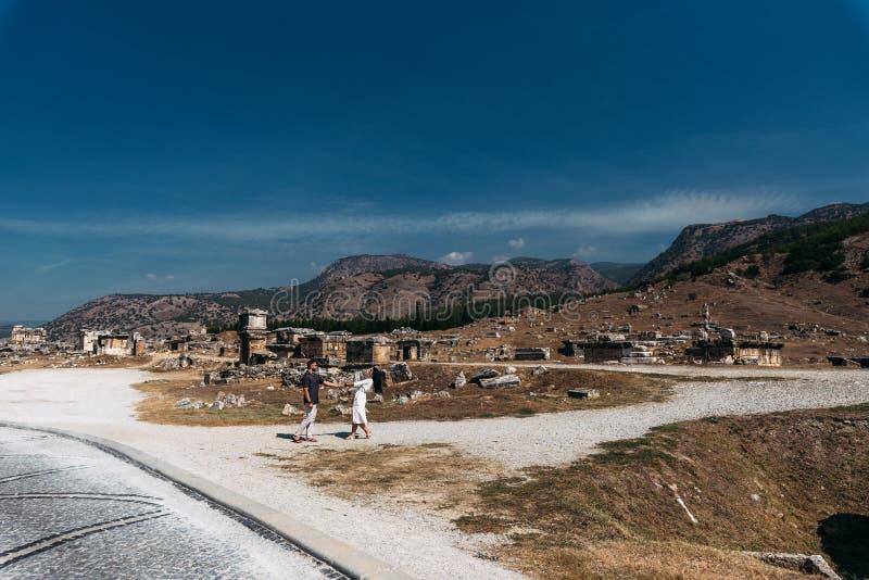Туристы на отклонениях, старых руинах стоковое фото rf