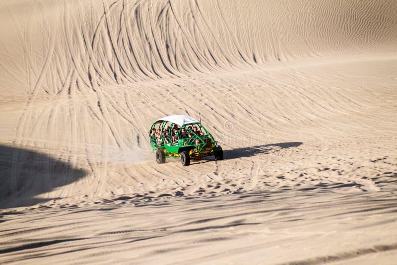 Туристы на отключении песчанной дюны дефектном стоковое изображение rf