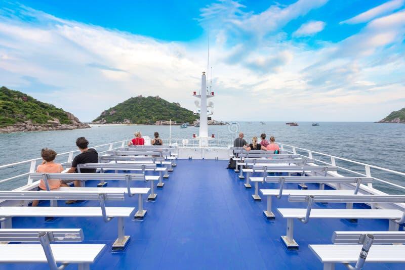 Туристы на палубе и рубрике парома к острову стоковые фото
