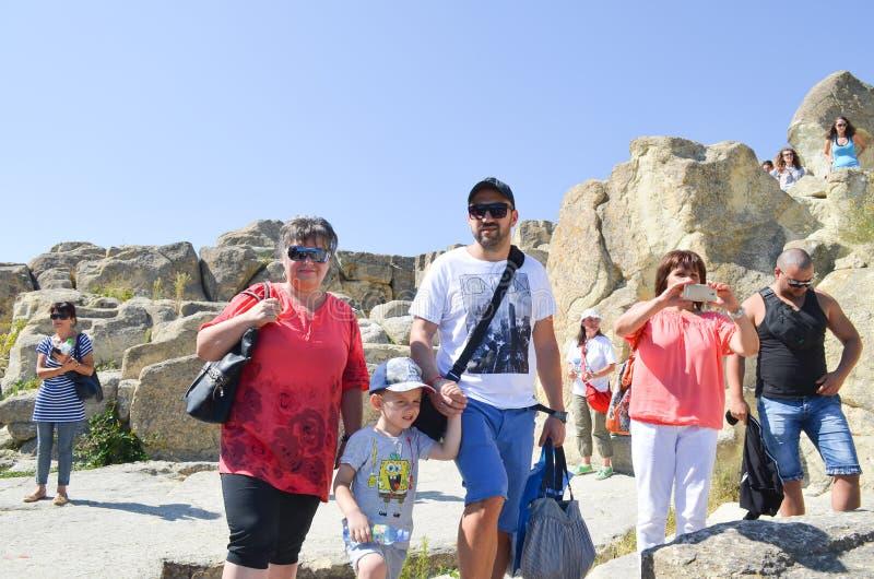 Туристы на руинах Perperikon стоковые фото