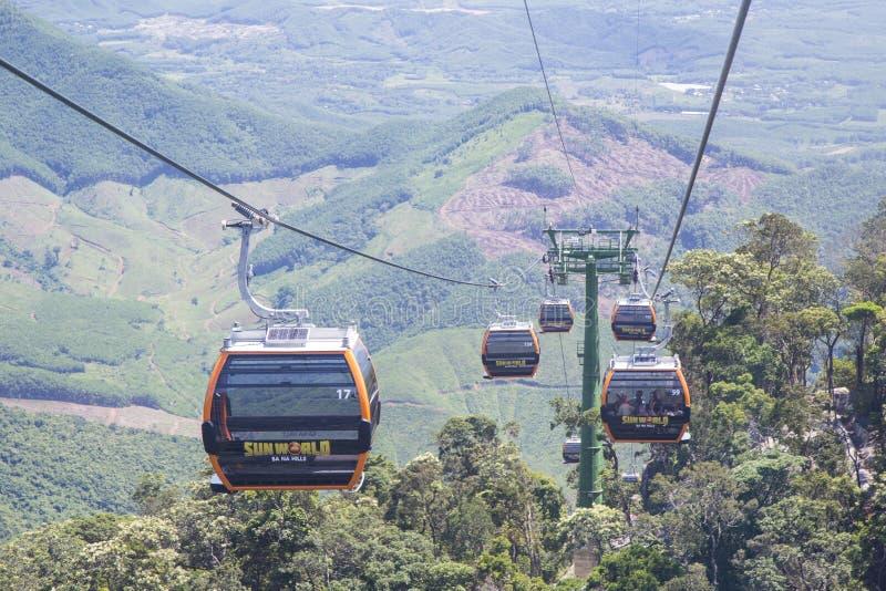 Туристы на фуникулерах посещая холмы Na ба стоковое изображение rf