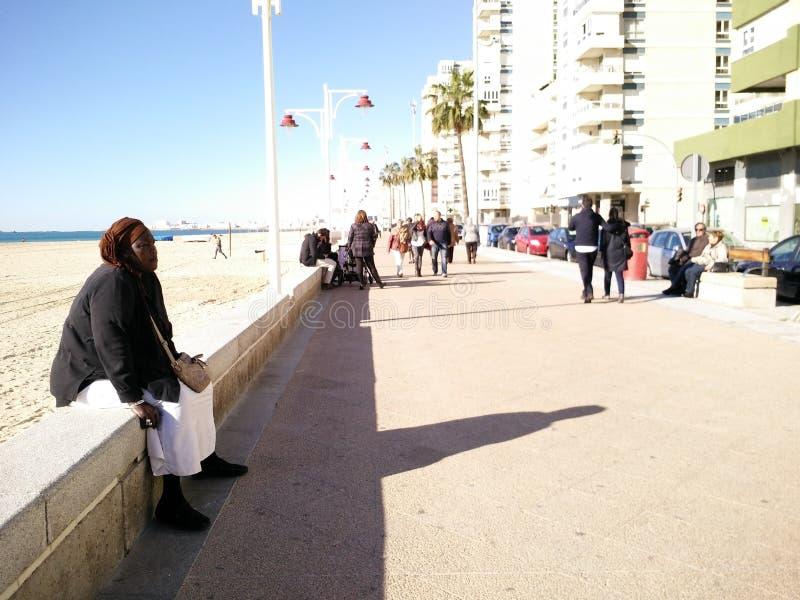 Туристы на seashore стоковые фотографии rf