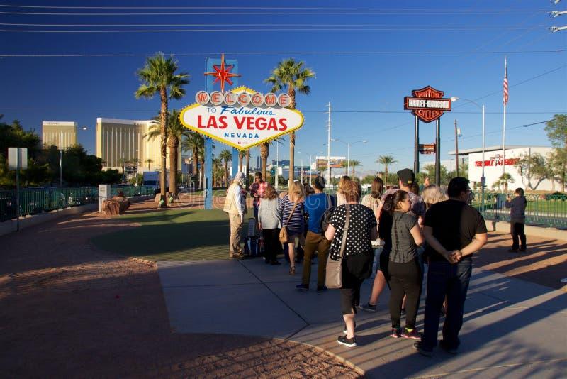 """Туристы на """"Welcome к  Fabolous Las Vegas†подписывают стоковые изображения"""
