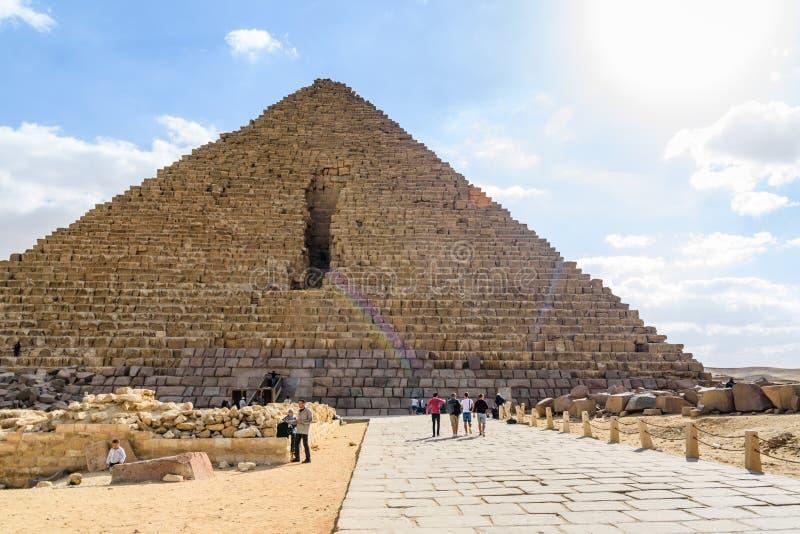 Туристы около большей пирамиды Cheops в плато Гизы Каир, Египет стоковые фотографии rf