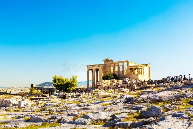 Туристы около руин виска Erechtheum в акрополе, Афинах стоковое изображение