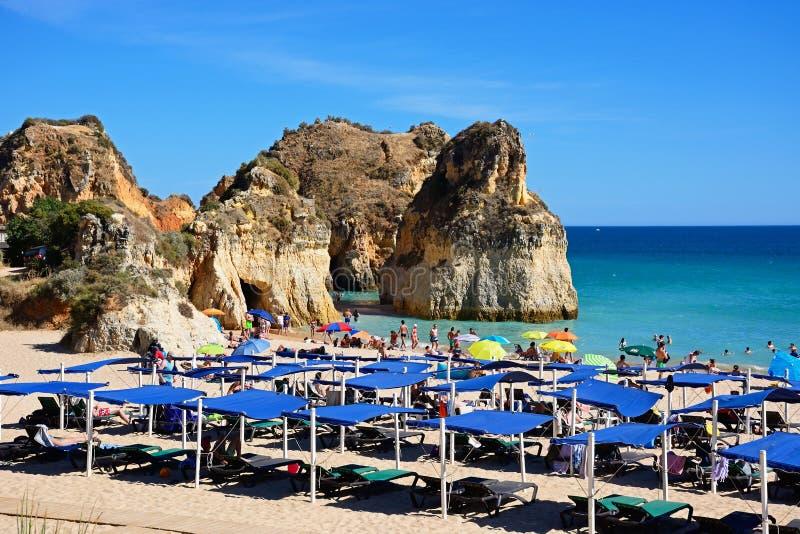 Туристы ослабляя на пляже da Rocha Прая, Portimao стоковое изображение