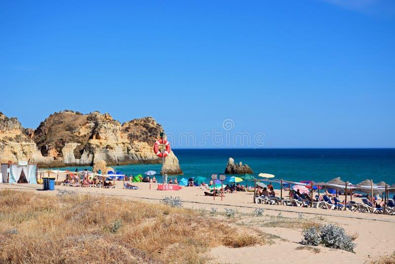 Туристы ослабляя на пляже da Rocha Прая, Portimao стоковые фото