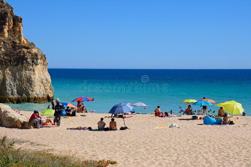 Туристы ослабляя на пляже da Rocha Прая, Portimao стоковое фото rf