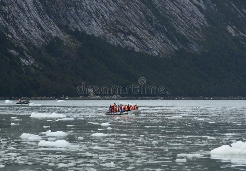 Туристы от туристического судна приземлились на берег около ледника Pia стоковые изображения rf