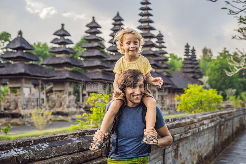 Туристы папы и сына в традиционном балийском индусском виске Taman стоковые изображения