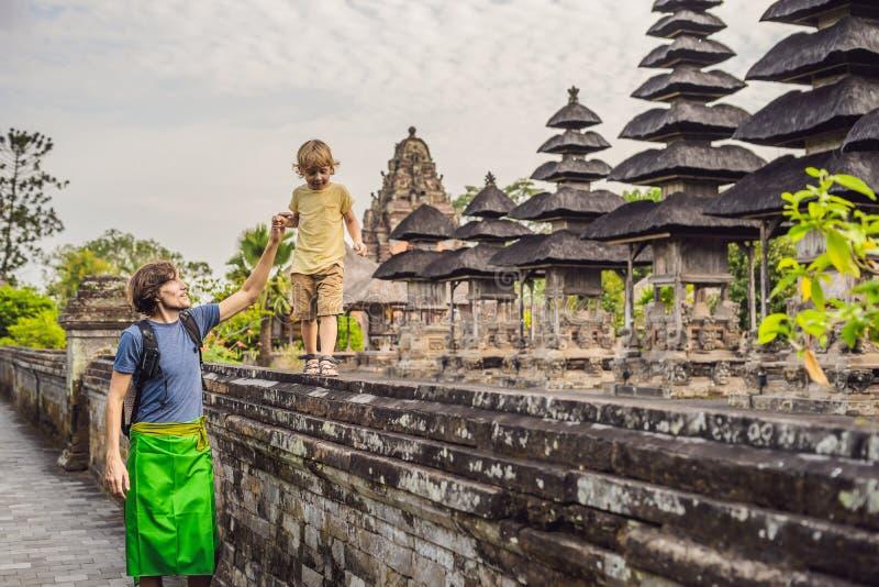 Туристы папы и сына в традиционном балийском индусском виске Taman стоковые фотографии rf