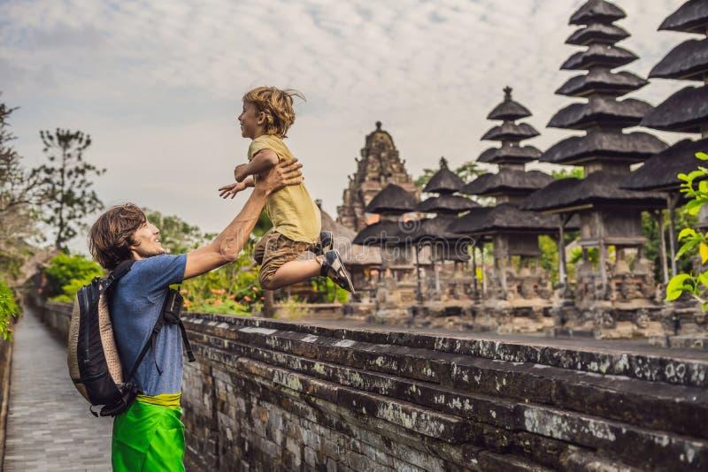 Туристы папы и сына в традиционном балийском индусском виске Taman стоковая фотография