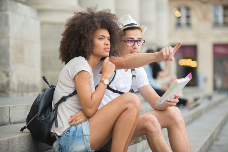 Туристы пар смотря гида города стоковое изображение rf