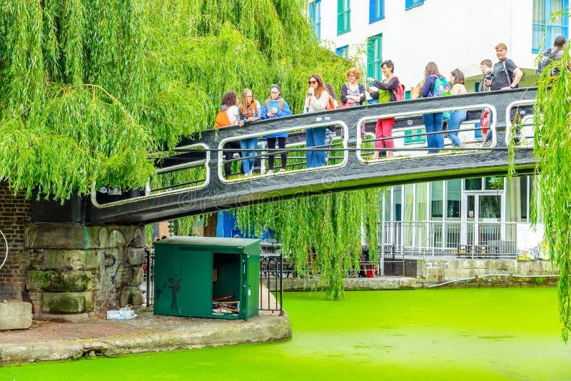 Туристы пересекая Camden фиксируют footbridge над каналом правителей стоковое фото rf