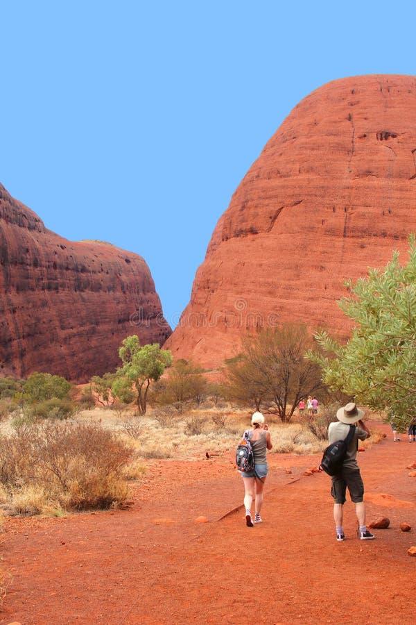 Туристы пеший вдоль Olgas в Австралии стоковое изображение