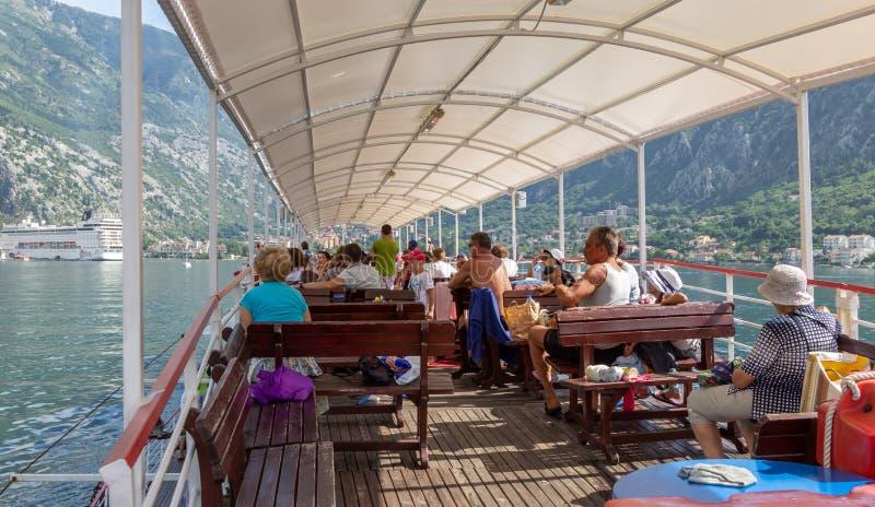 Туристы плавают на корабле удовольствия восхищая красоту залива Boka Kotorska на теплый солнечный летний день стоковые изображения