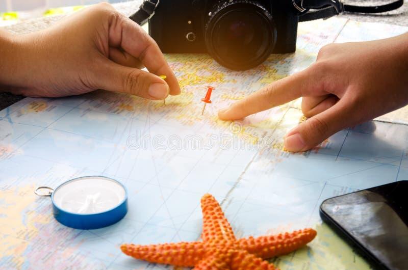 Туристы планируют отключение на карте и отметят место intere стоковая фотография