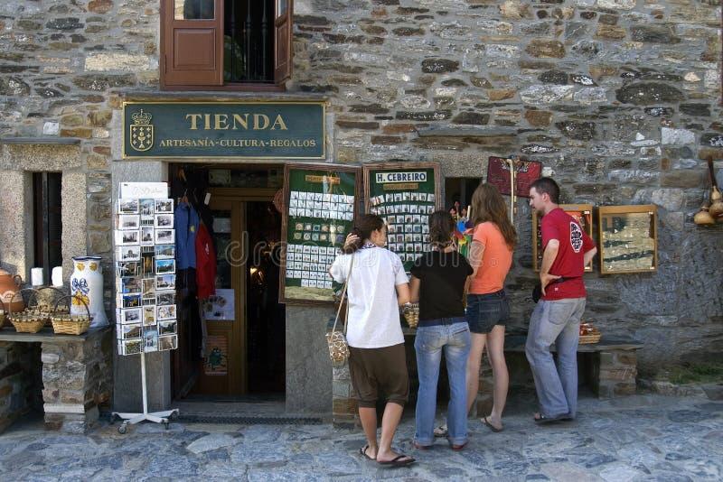 Туристы покупая сувениры в o Cebreiro, Галиции стоковые изображения