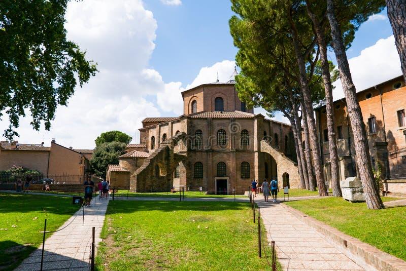 Туристы посещают базилику Сан Vitale в Равенне Католический висок, пример византийской архитектуры r стоковое изображение