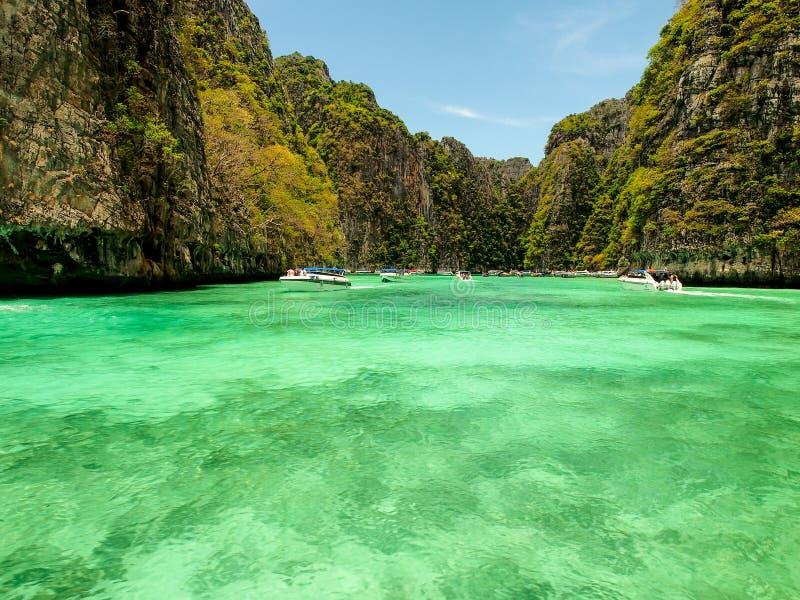 Туристы посещают красивую лагуну на острове Phi Phi, Таиланде стоковая фотография rf