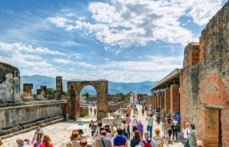 Туристы посещают руины Помпеи, Италии стоковая фотография