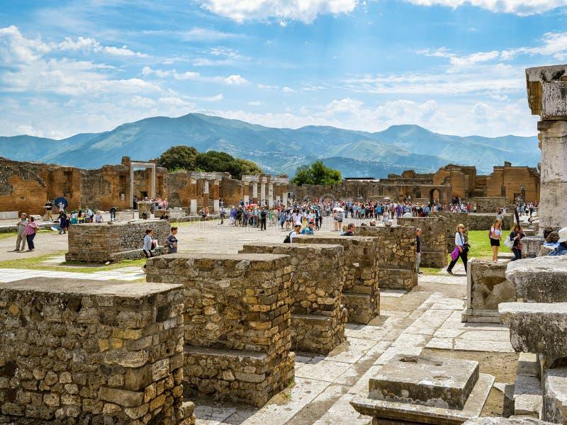 Туристы посещают руины Помпеи, Италии стоковое изображение