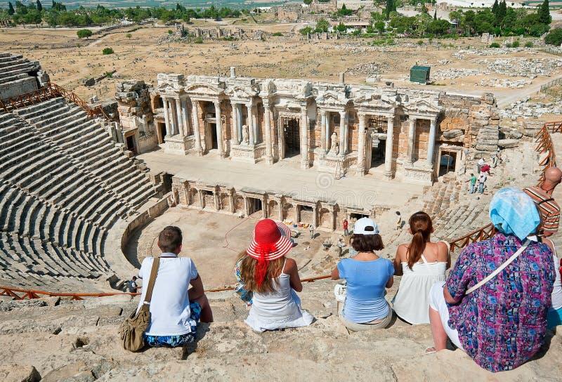 Download Туристы посещают старый театр в Турции Редакционное Стоковое Фото - изображение насчитывающей past, люди: 33738548