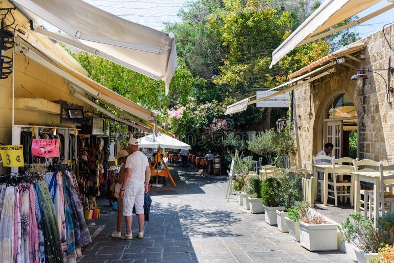 Туристы посещают сувенирные магазины в городке Родоса на острове Родоса, Греции стоковое изображение rf