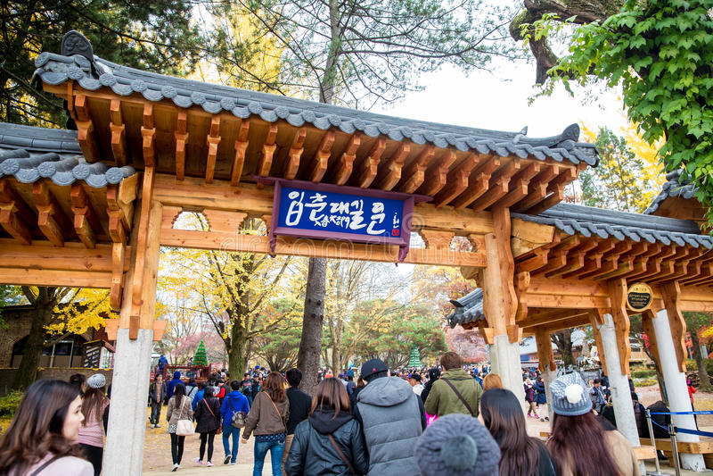 Туристы посещают традиционные корейские коттеджи на острове Nami стоковые изображения rf