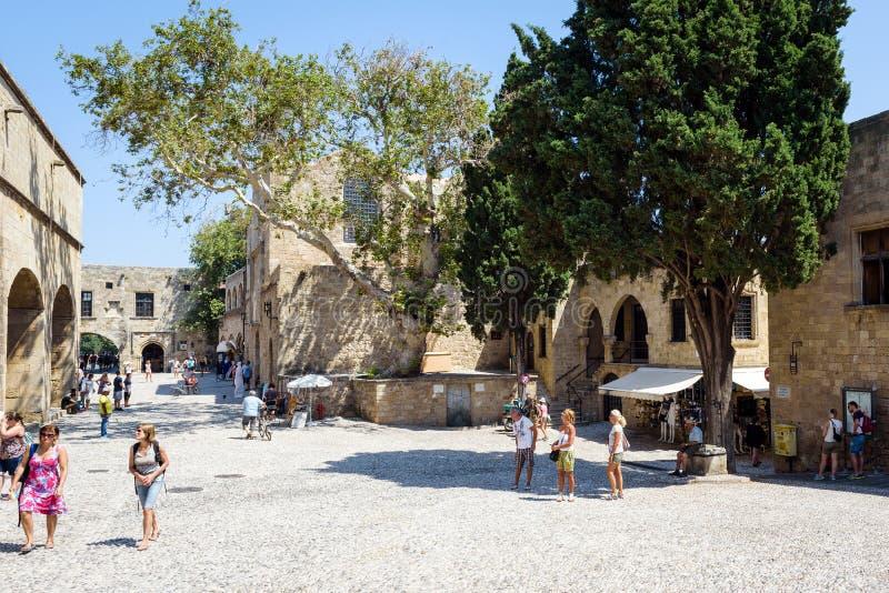 Туристы посещают улицы старого городка Родоса на острове Родоса, Греции стоковые фотографии rf