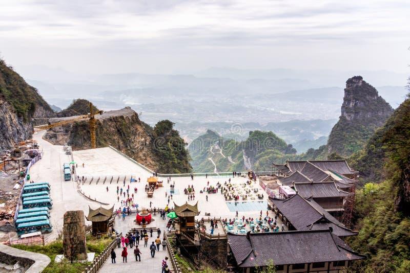Туристы посещая ворота гавани в горе Tianman Высокий взгляд на долине и объектах ниже стоковые фотографии rf