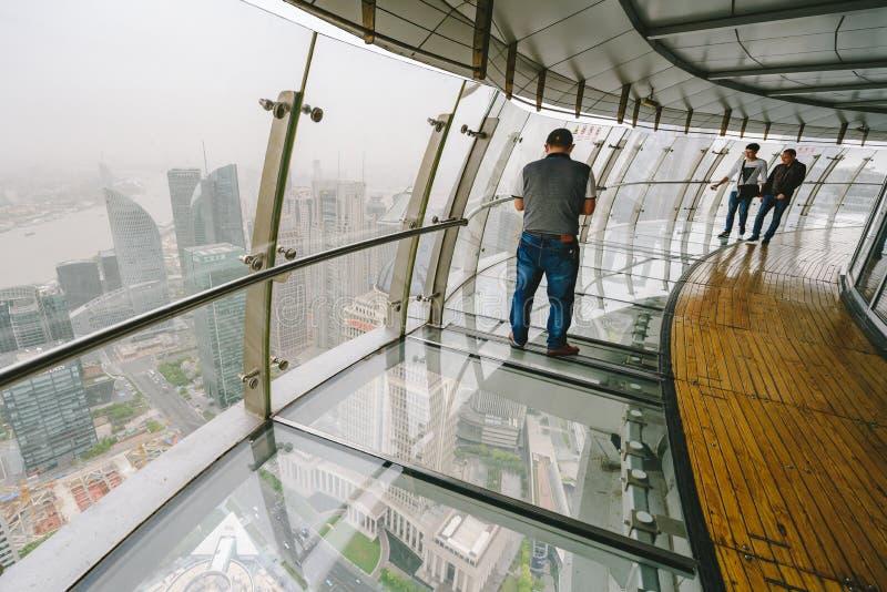 Туристы посещая восточный жемчуг возвышаются в Шанхае, Китае стоковое изображение rf