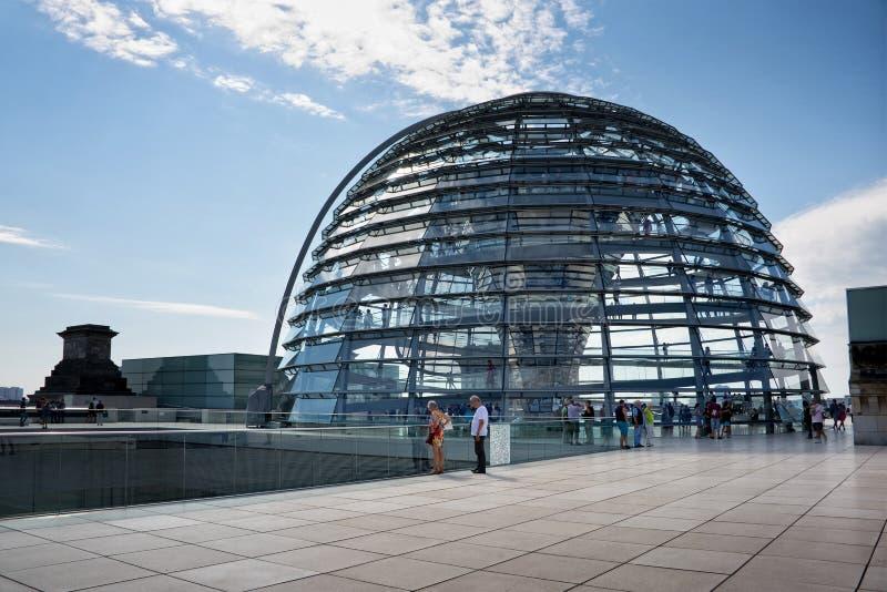 Туристы посещая купол Reichstag стоковые изображения