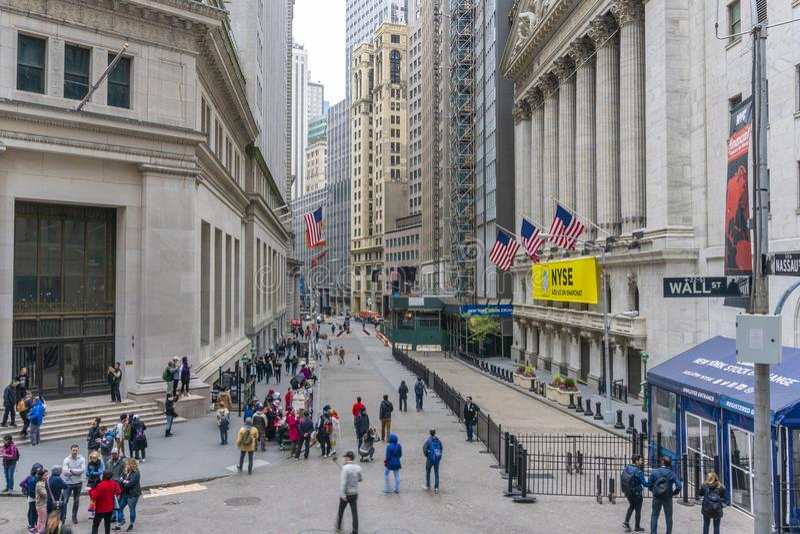 Туристы посещая нью-йоркская биржа и Уолл-Стрит в Нью-Йорке стоковая фотография rf