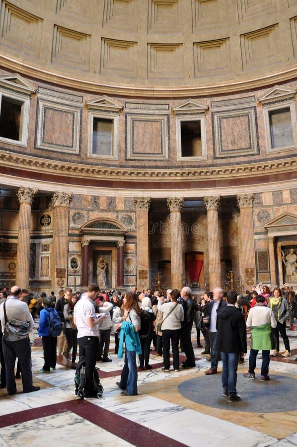 Туристы посещая пантеон в Риме, Италии стоковое изображение rf