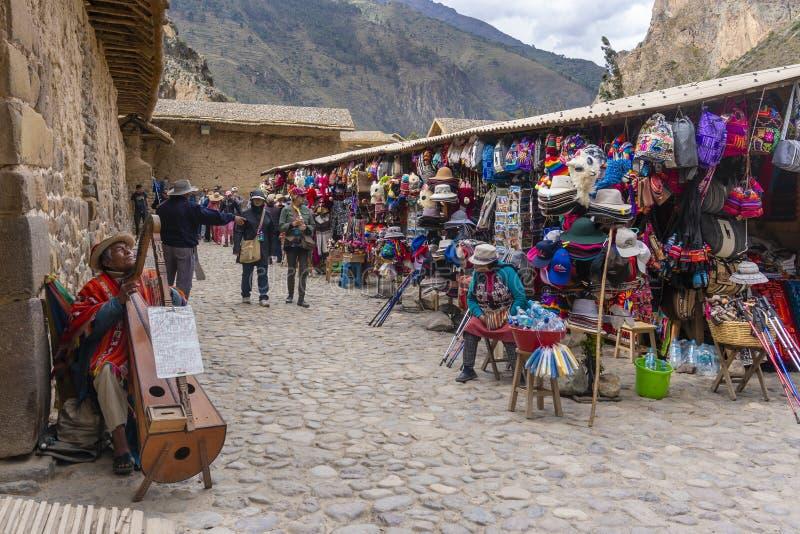 Туристы посещая рынок в Ollantaytambo Перу стоковое изображение