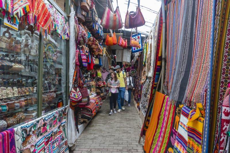 Туристы посещая рынок около Machu Picchu в Перу стоковая фотография