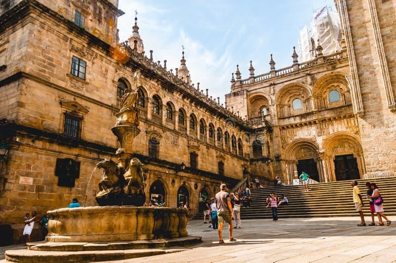 Туристы посещая собор ` s Santiago de Compostela стоковая фотография rf