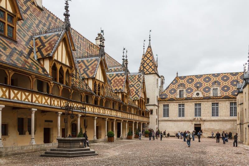 Туристы посещая средневековую больницу стоковое изображение rf