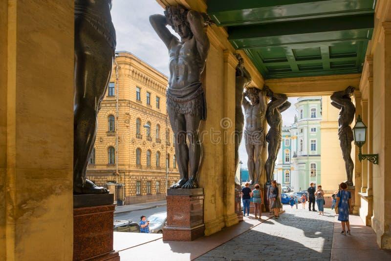 Туристы посещая статую стоковые изображения rf