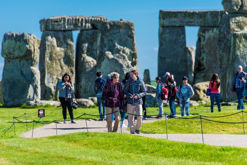 Туристы посещая Стоунхендж стоковые фото