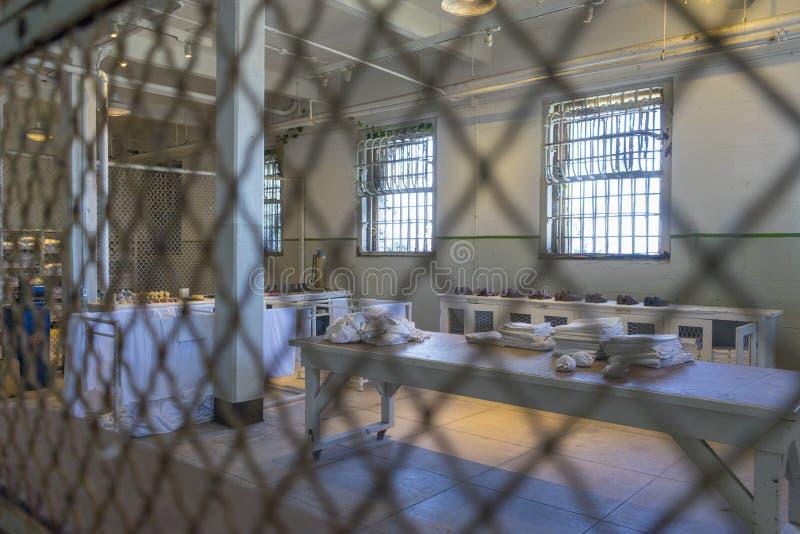 Туристы посещая тюрьму Alcatraz и главный коридор с обычными одиночными камерами на уровне земли Landm Сан-Франциско историческое стоковая фотография
