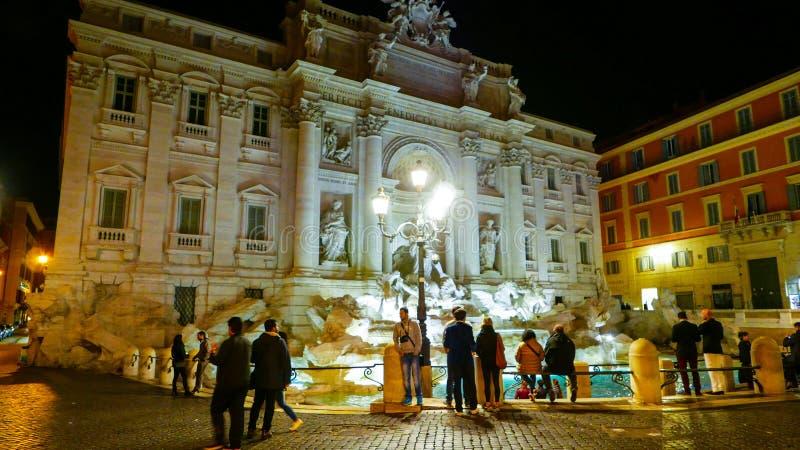 Download Туристы посещая фонтаны Trevi в Риме к ноча Редакционное Фото - изображение насчитывающей vatican, прописно: 81807496